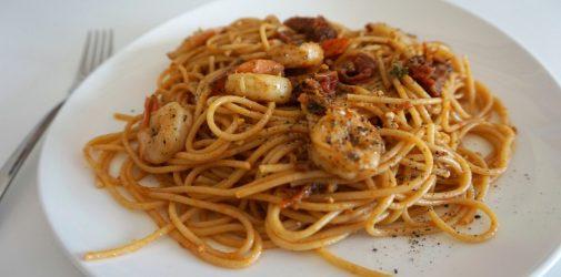 Spaghetti z czerwonym pesto i krewetkami na białym winie