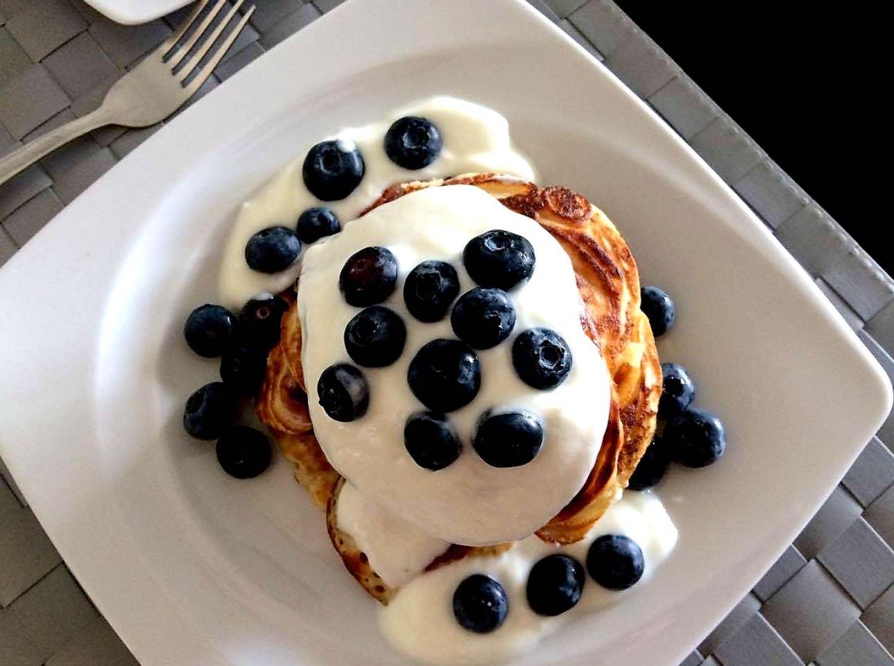 Placuszki z mąki orkiszowej, z jogurtem i borówkami