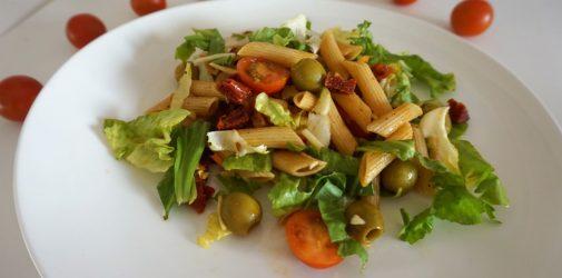 Sałatka makaronowa z chorizo i suszonymi pomidorami